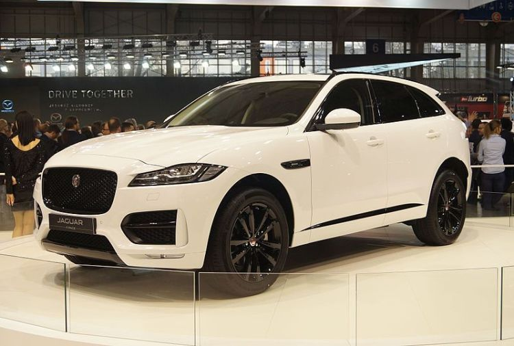 Jaguar_F-Pace_-_lewy_przód_(MSP17).jpg