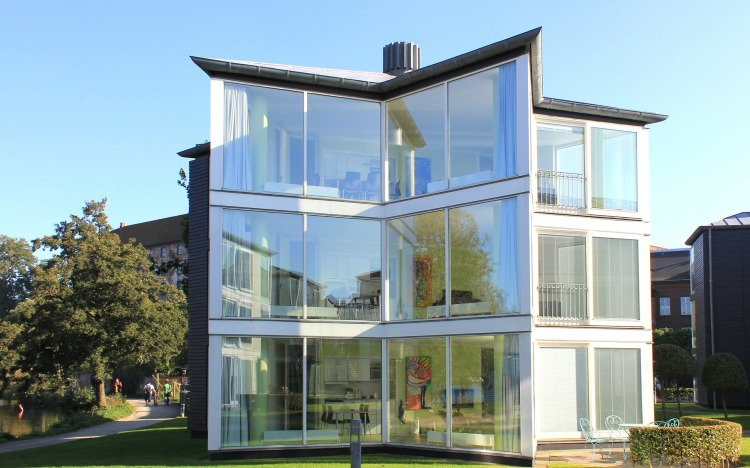 glass-house-76934_1920.jpg